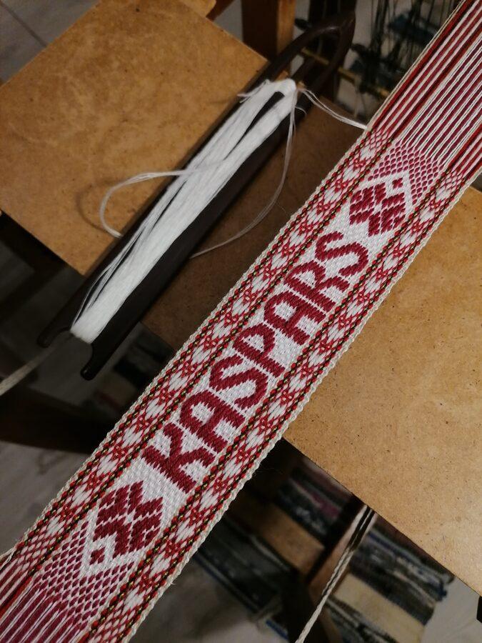 Personalizēta austa grāmatzīme ar vienu ieaustu vārdu LV karoga krāsās GR#01