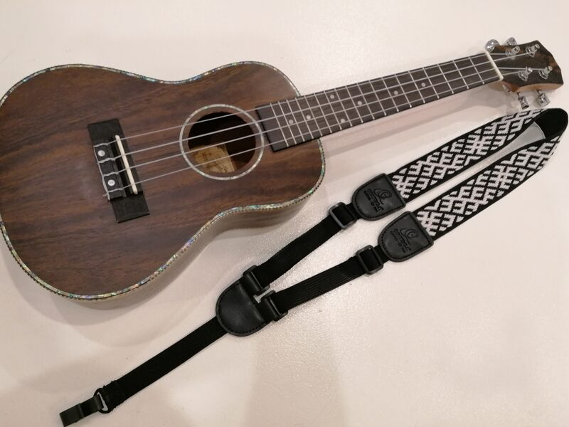 Austa ukuleles siksna MELNS/BALTS UK#01
